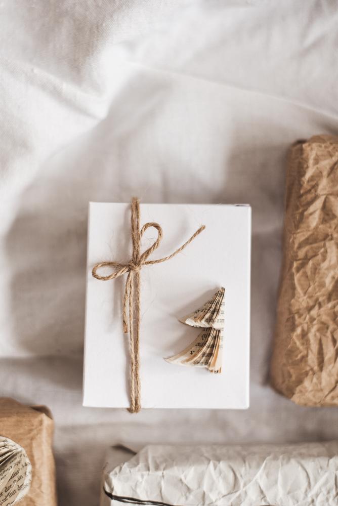 5 nachhaltige Geschenkverpackungen + Geschenkanhänger Freebie habe ich für euch auf meinem Blog beschrieben - alle sind einfach und schnell nachgemacht. #geschenke #weihnachten #diy