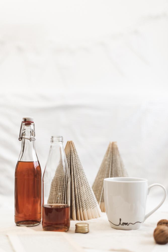 DIY Geschenk: Weihnachtlicher Zimt-Sirup für Tee und Kaffee ist die perfekte DIY Geschenkidee aus der Küche für alle Tee- und Kaffeetrinker. #diy #weihnachten #geschenk