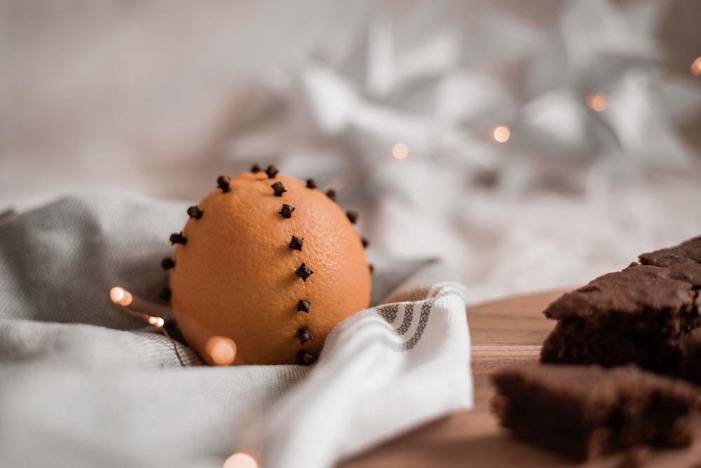 Einfache Skandinavische DIY Advent-Tradition: Orangen mit Nelken für ein nachhaltiges weihnachtliches Raumklima an Weihnachten. #weihnachten #diy #skandinavisch
