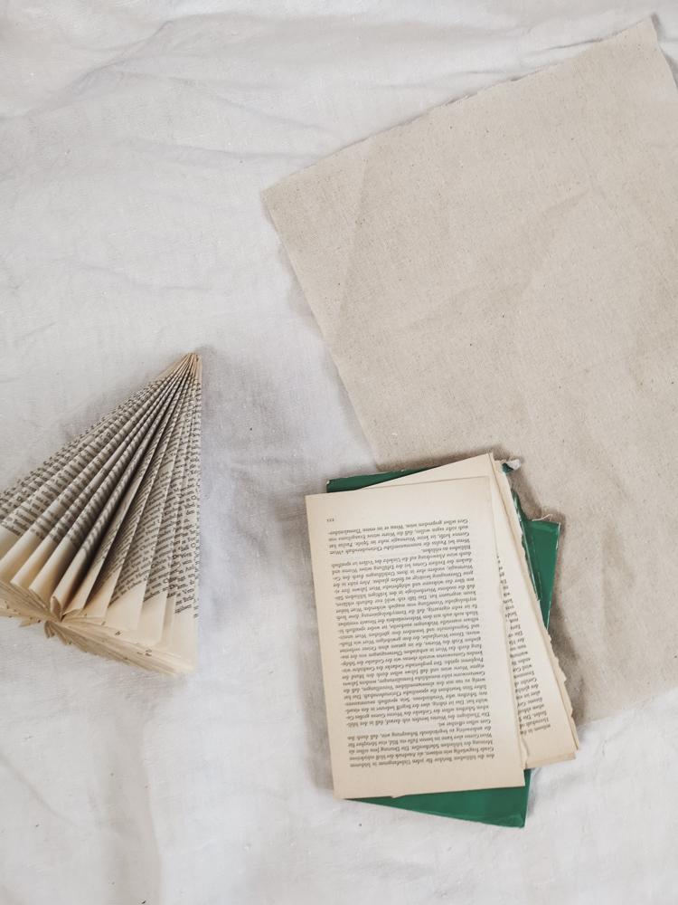 Zero Waste DIY: Weihnachtliche Tannenbäume aus alten Büchern falten - eine einfache Antleitung für minimalistische upcycling Weihnachtsdeko. #upcycling #diy #zerowaste