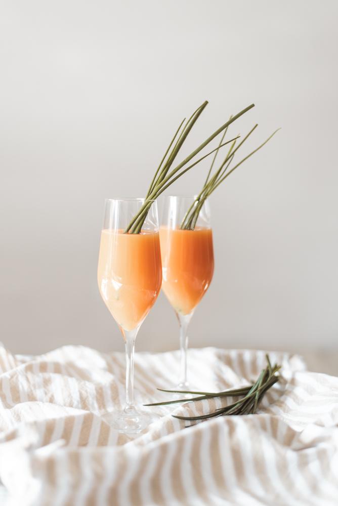 Oster-Drink: Spritziger Möhren-Gin-Tonic im Sektglas für den Osterbrunch und alkoholfreie Alternative - Brunch einfach nachhaltig genießen #ostern #brunch #drink