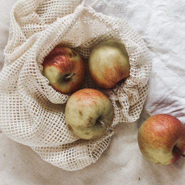 Gemüsenetz mit Äpfeln