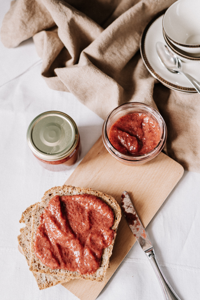Rezept: Gesunde Erdbeer-Chia-Marmelade ohne Zucker - einfaches, super schnelles gesundes Rezept für die vegane Frühstücks Marmelade aus frischen Erdbeeren #vegan #rezept #erdbeeren