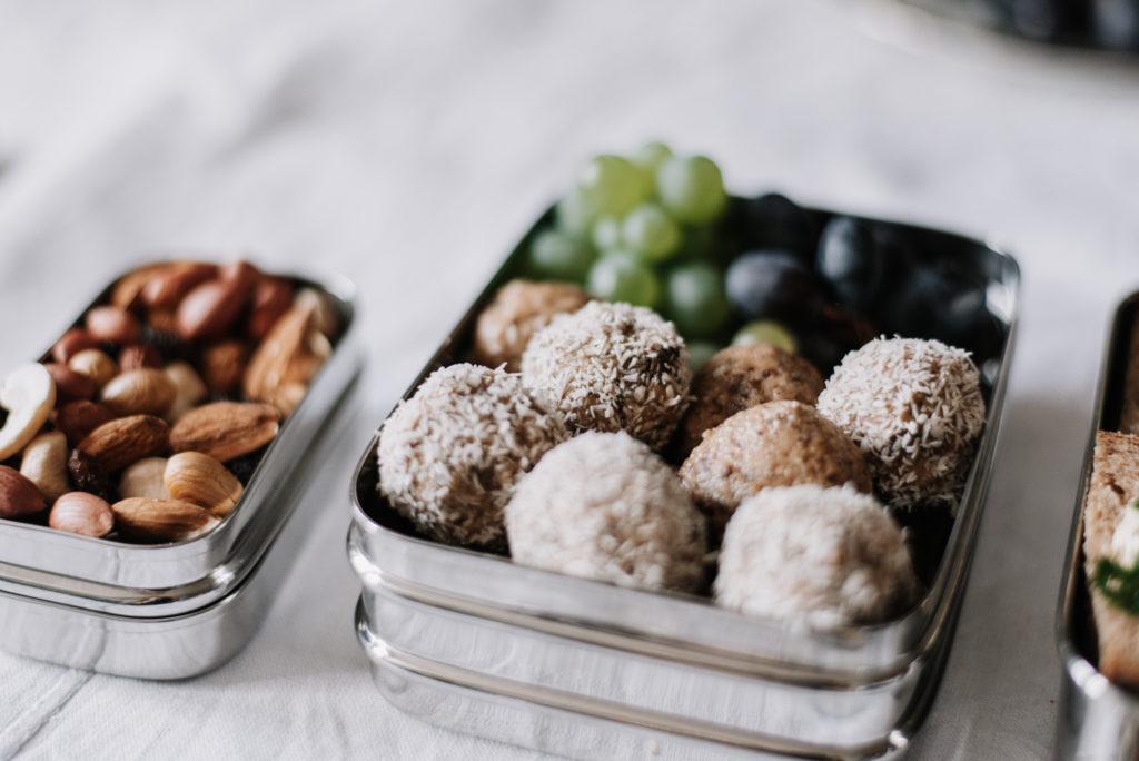 Nachhaltig unterwegs: Vegane Lunch-Box packen + 4 Snack-Rezepte für euch. Nachhaltig, Abfall- & Schadstofffrei Vespern mit der Edelstahlbox