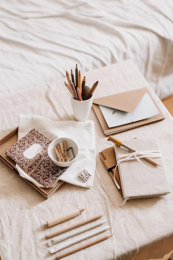 Zero Waste Schreibwaren geht das? Ich zeige euch 10 nachhaltige Tools für euren Schreibtisch, mit denen ihr Umwelt und Klima schützen könnt.
