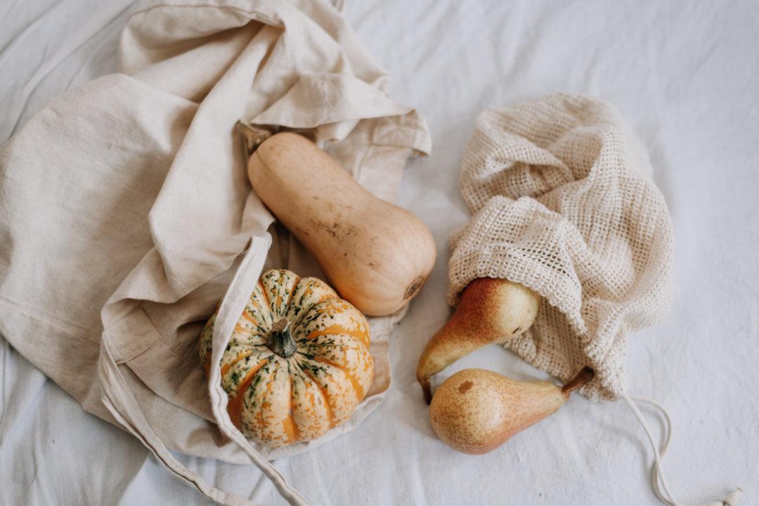 Wie du Lebensmittel & Basics Zero Waste Einkaufen kannst. Meine Einkaufs-Tipps, Shop-Empfehlungen & eine große Liste mit vielen Lebensmitteln.