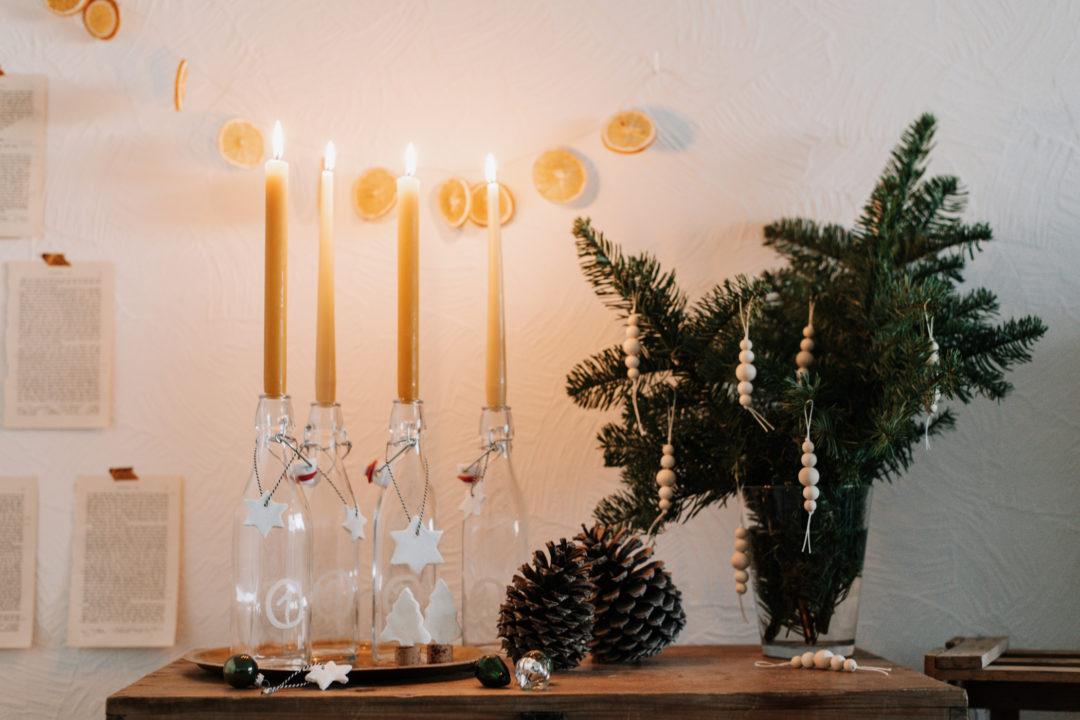 Einfaches Upcycling DIY: Last Minute Adventskranz aus leeren Flaschen einfach selber machen und warmleuchtende Kerzen brennen lassen