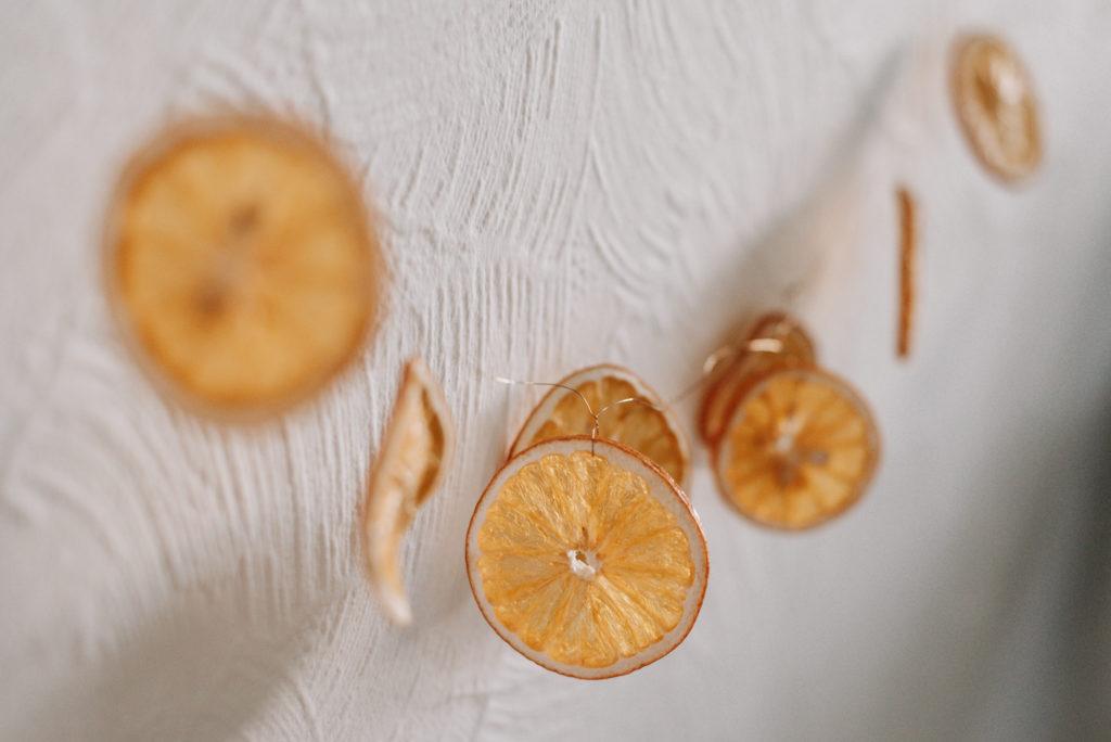 DIY Girlande aus getrockneten Orangenscheiben einfach selber machen - ihr braucht Draht und Orangen. So geht's: Weihnachtliche Orangengirlande
