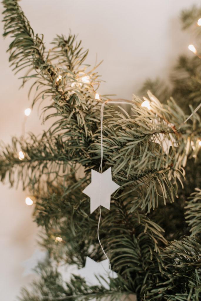 Kein Plastik am Weihnachtsbaum? Nachhaltiges Lametta einfach selber machen und Christbaum nachhaltig und ohne Müll schmücken