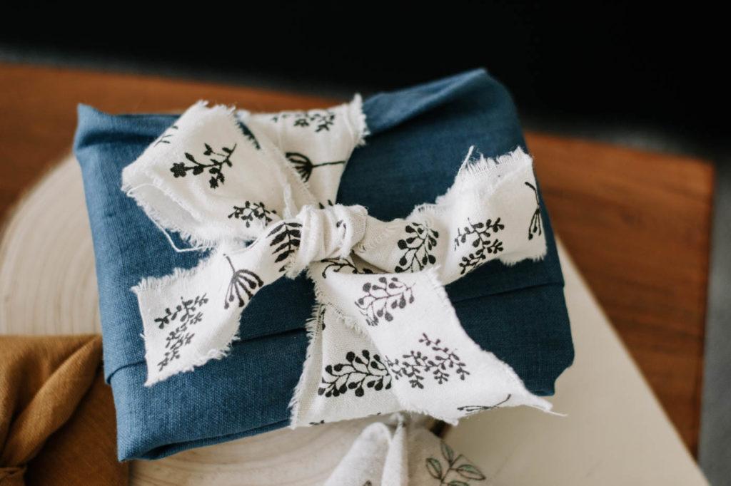 DIY Geschenktuch binden mit der Furoshiki Tradition ist einfach, nachhaltig und Zero Waste. Wie das funktioniert? Meine Anleitung für Anfänger