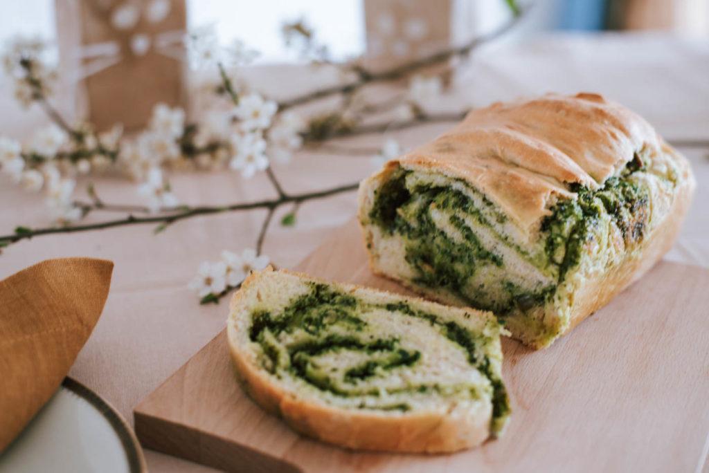 Leckeres Bärlauchbrot backen: Veganes, frühlingshaftes Oster- Rezept mit Bärlauch zum Osterbrunch oder Frühstück. Einfach & gelingsicher!