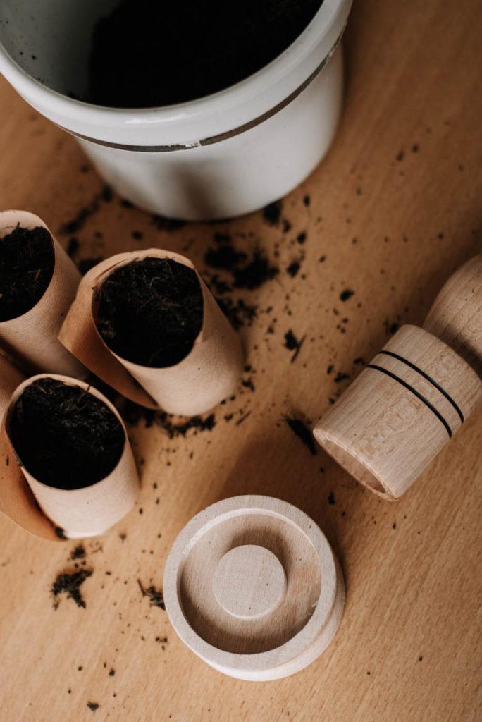 Anzuchttopf selber machen: DIY Pflanztopf aus Zeitungspapier selber formen und Gemüsesamen darin einsäen. Anzuchttöpfe für Balkon & Garten
