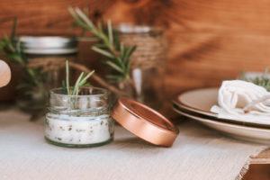 Rosmarin Zitronen Salz zubereiten für Salate, Grillen auf Balkon und im Garten. Leckeres frisches Sommer Rezept für euren Sommer zu Hause