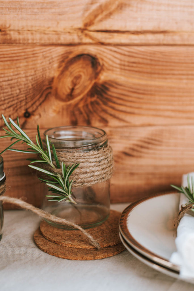 Sommerliche DIY Deko mit Rosmarin Zweigen aus dem Garten. Leckere Rezepte, Deko für die Gartenparty, Upcycling DIY Windlichter, Wiesensträuße