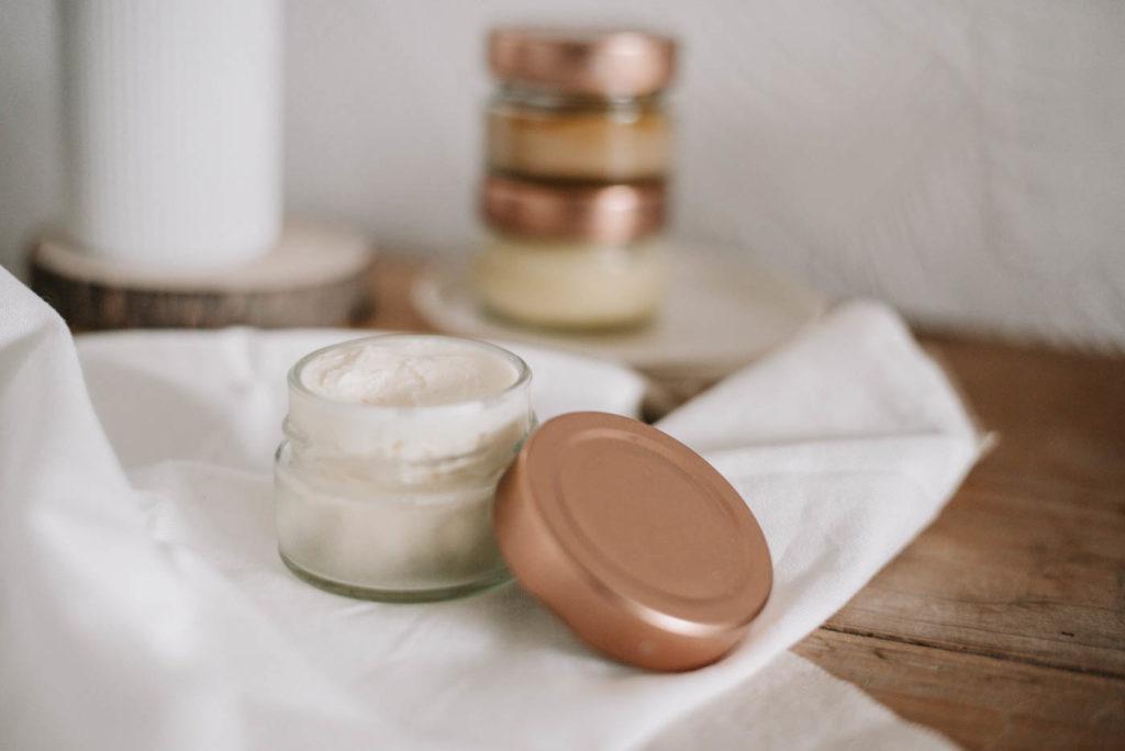 Naturkosmetik selber machen: Ich zeige dir meine 5 Tipps, damit deine Kosmetik gelingt, lange haltbar ist und ihre pflegende Wirkung behält.