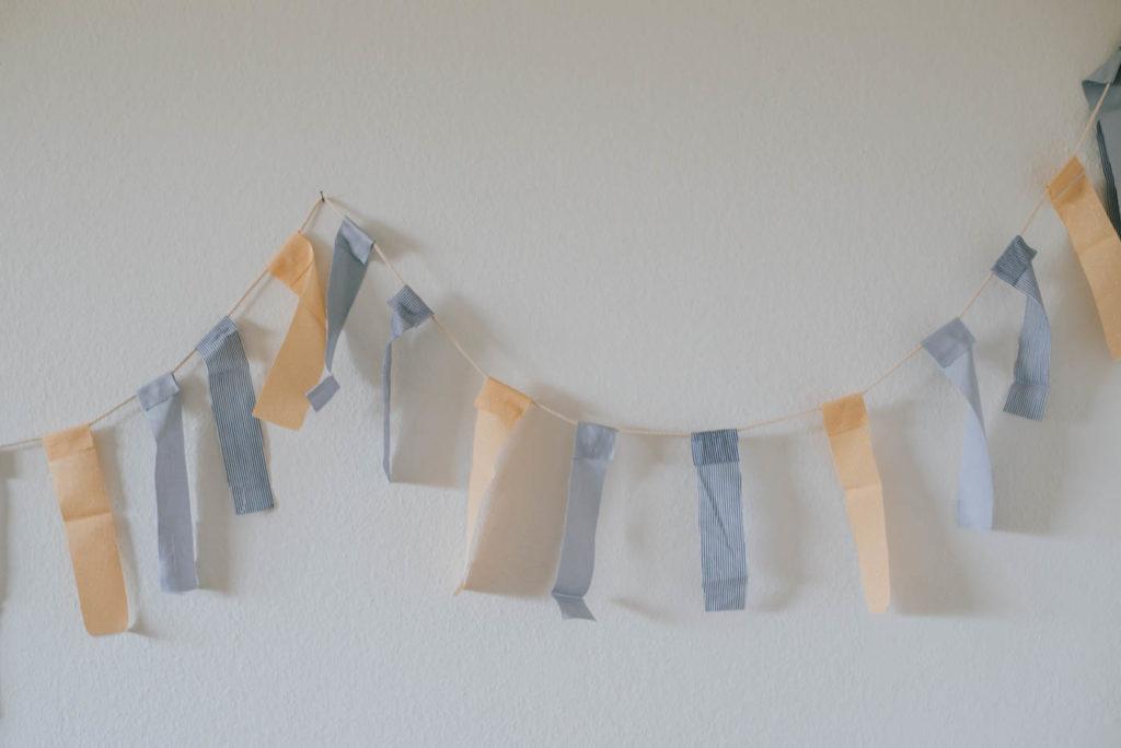 Upcycling DIY Girlande aus Stoffresten einfach selber machen. Für Kinderzimmer, Gartenfest oder festliche Balkon Dekoration für den Sommer