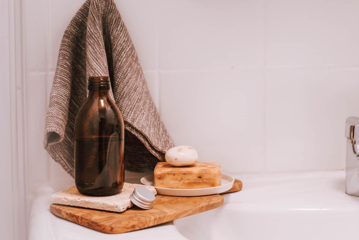 Sommerlich erfrischendes Körperöl selber machen - das gelingt total einfach. Meine Anleitung für euer liebstes DIY Naturkosmetik Körperöl.