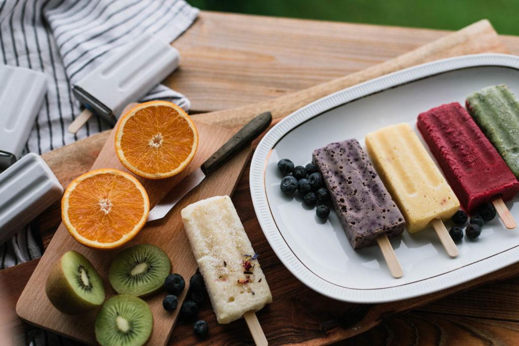 Veganes Fruchteis selber machen. 5 gesunde Eis am Stiel Rezepte ohne Eismaschine die ihr in wenigen Minuten herstellen könnt. Erfrischung pur!
