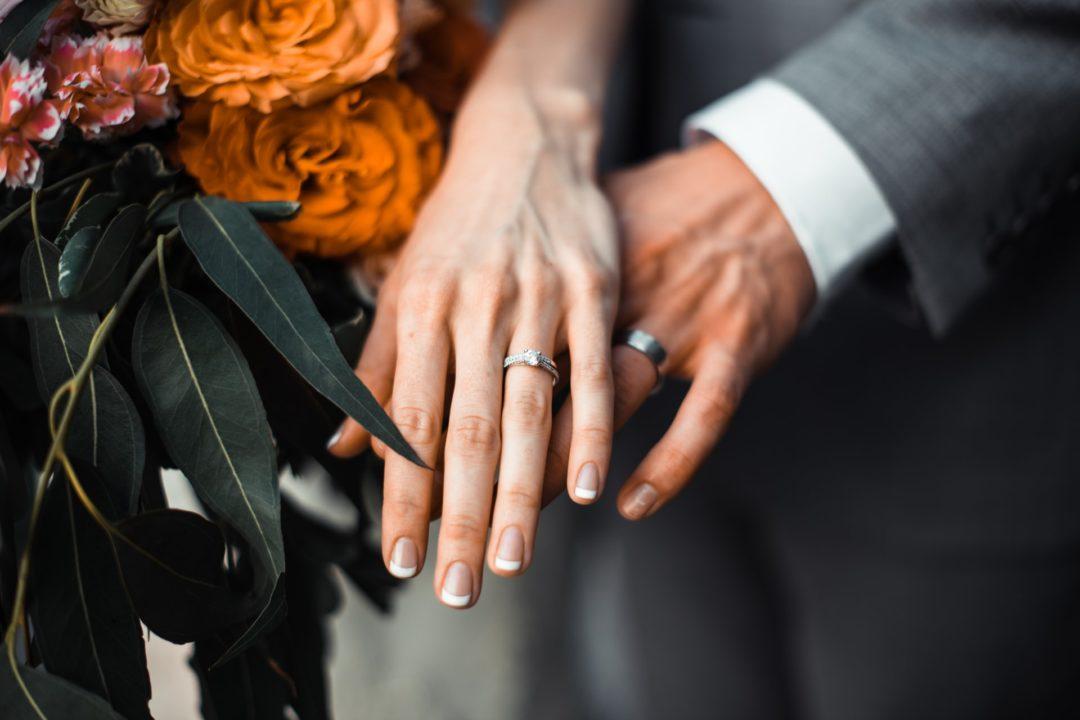 Ihr traut euch? Wie wären Eheringe aus nachhaltigem Gold? Lest hier alles über umweltfreundliche, faire Gold-Ringe für eure Hochzeit und Ehe