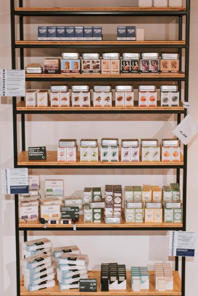 Seifenherstellung, Geschichte & Versand in der Klar Seifen Manufaktur. So entstehen in Handarbeit herrlich duftende Seifen auf Naturbasis.